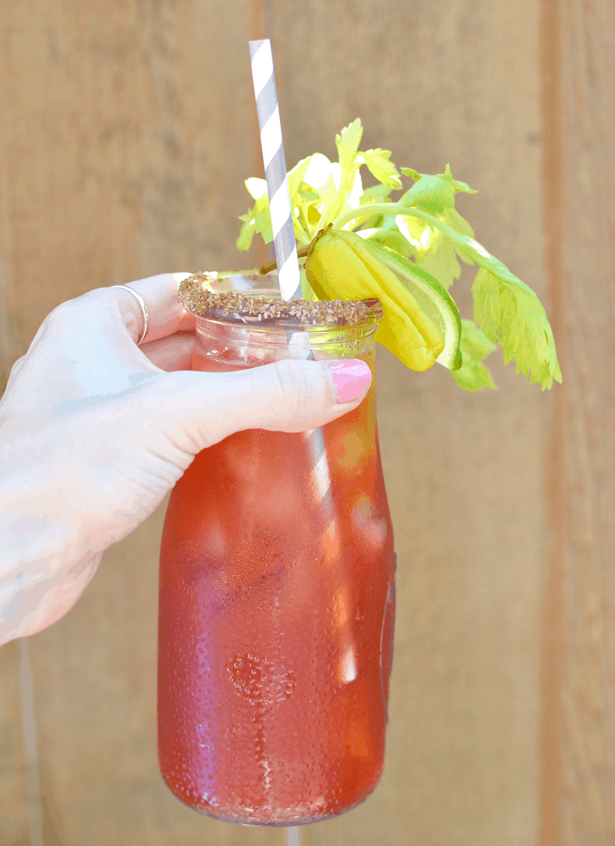 This 1-2-3-4-5 Caesar recipe is super easy to follow and makes one delicious savory cocktail! | oliveandivyblog.com