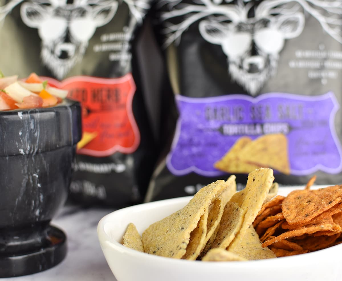 Easy & fresh homemade salsa and the BEST tortilla chips | oliveandivyblog.com